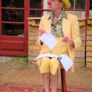 Stage week-end clowns